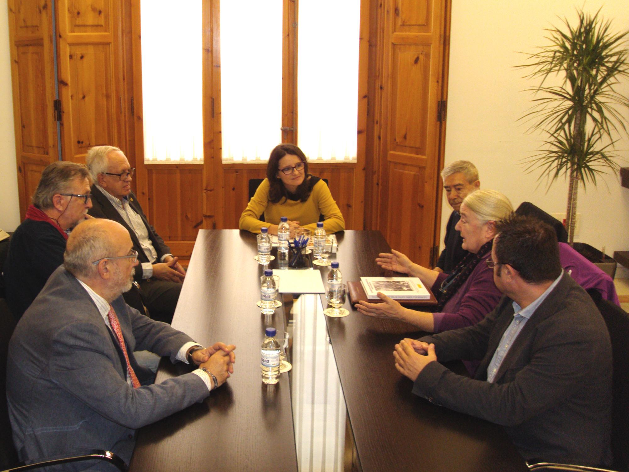 """Oltra i Alcaraz reben els representants de l""""Associació Arxiu Guerra i Exili"""