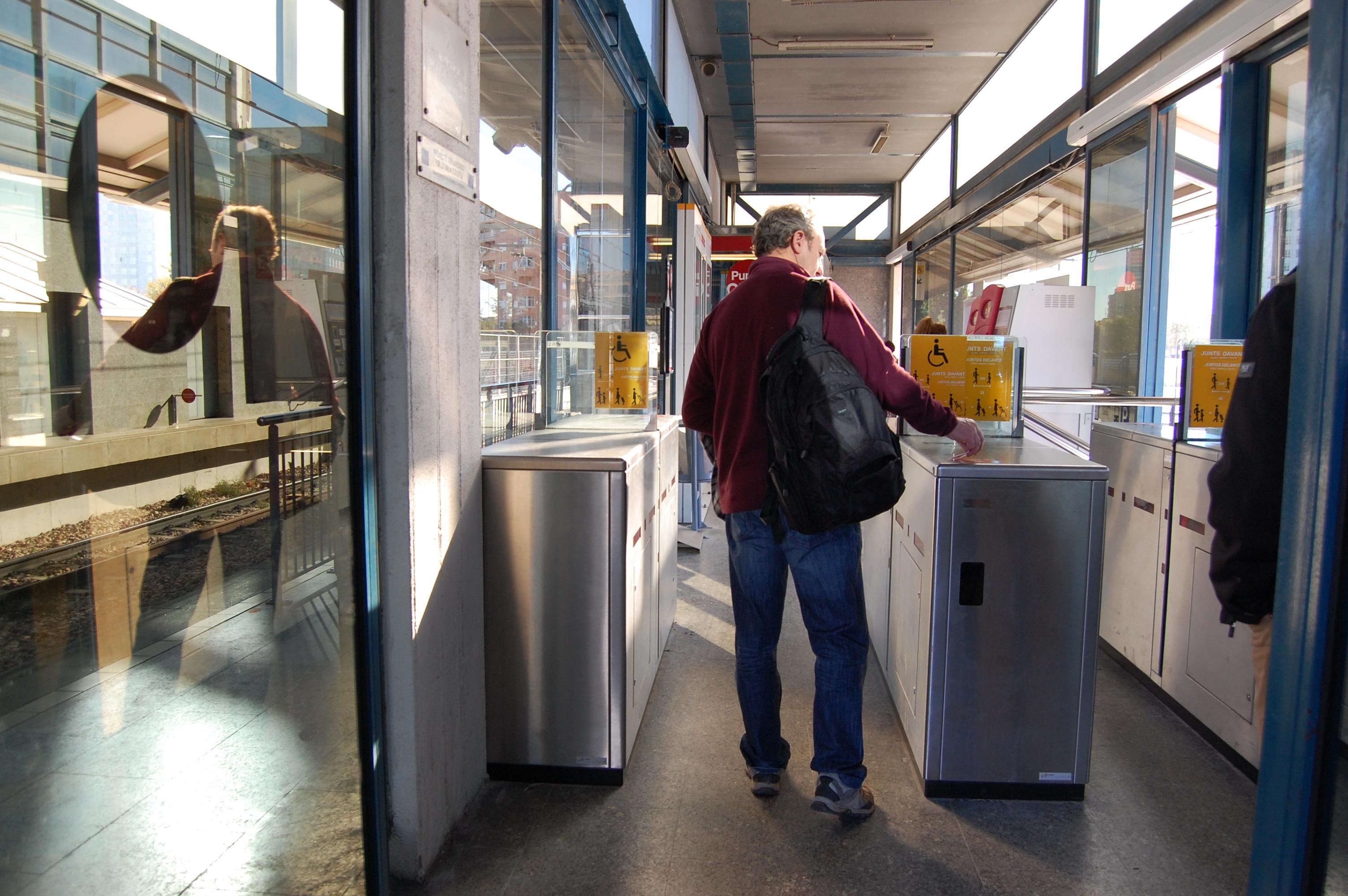 """La Generalitat completarà el control d""""accés a l""""estació d""""Empalme de Metrovalencia amb una nova línia de validació per a evitar el frau"""