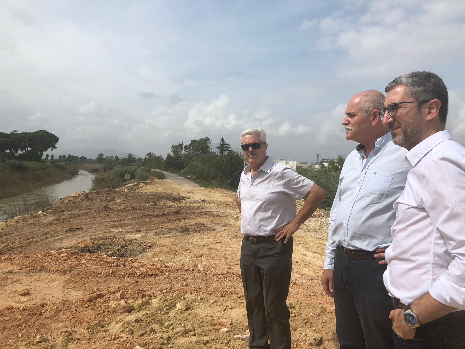 Arcadi España visita las obras de reconstrucción de la CV-935 y del puente a su paso por Almoradi