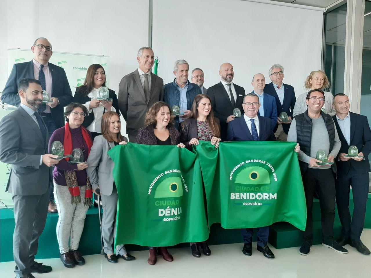 Mireia Mollà entrega a Benidorm y Denia la Bandera Verde de Ecovidrio que premia el compromiso local con el reciclaje