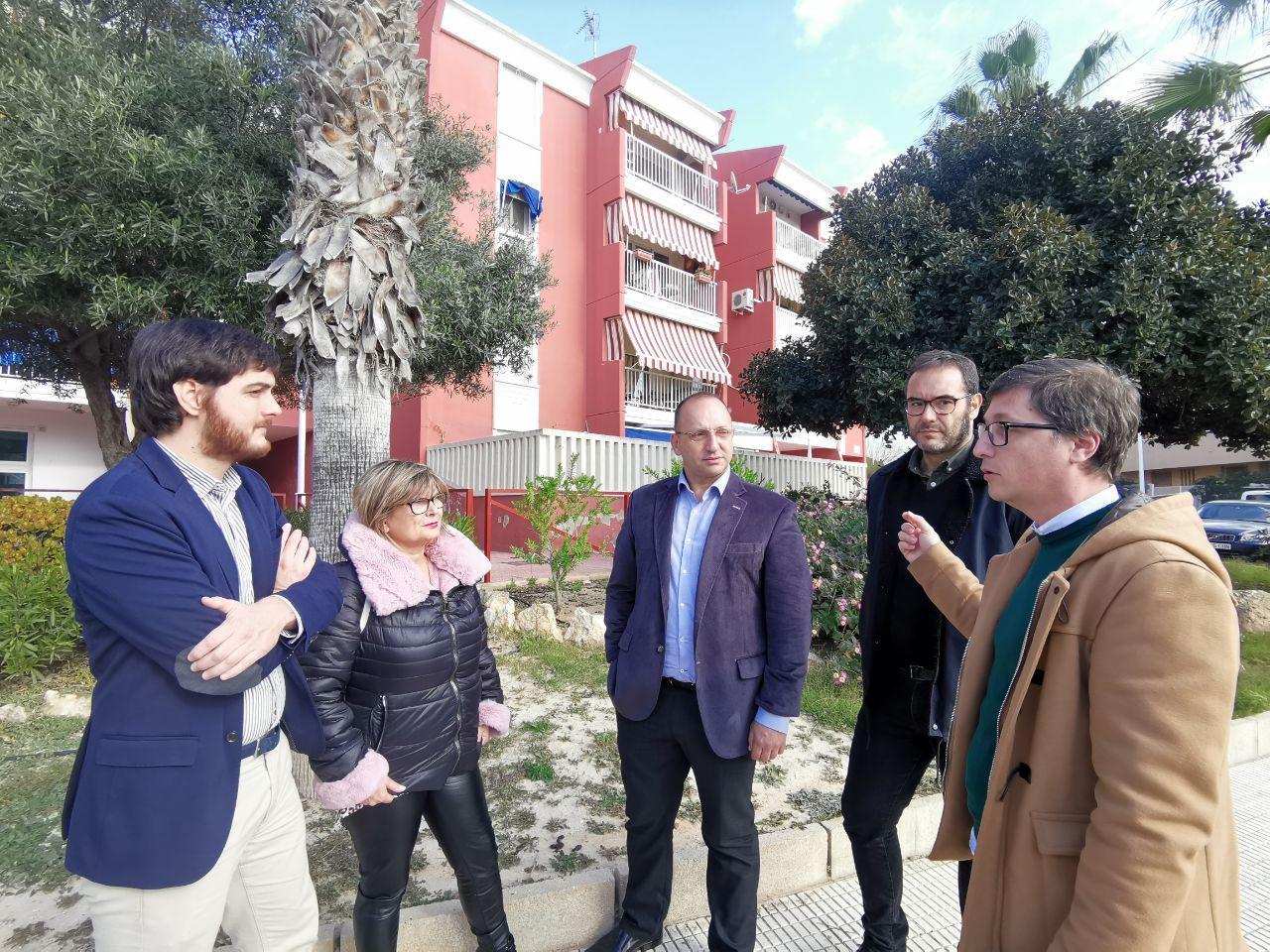 """Martínez Dalmau anuncia que les obres de millora d""""elements comuns i espais lliures al grup d""""habitatge de Santa Pola començaran abans l""""estiu"""