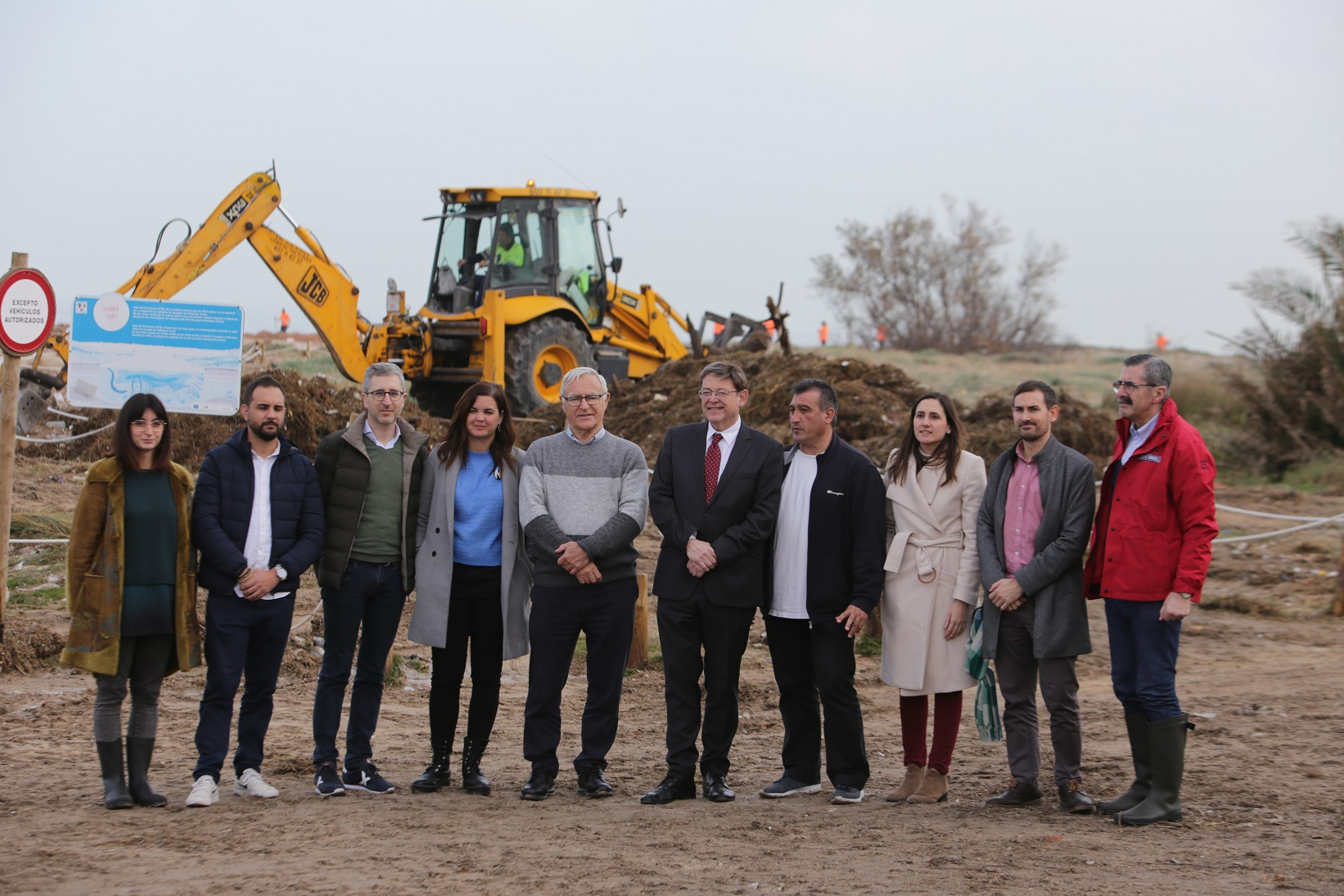 Ximo Puig visita la playa de El Perellonet para conocer de primera mano los daños causados por el temporal en el litoral valenciano