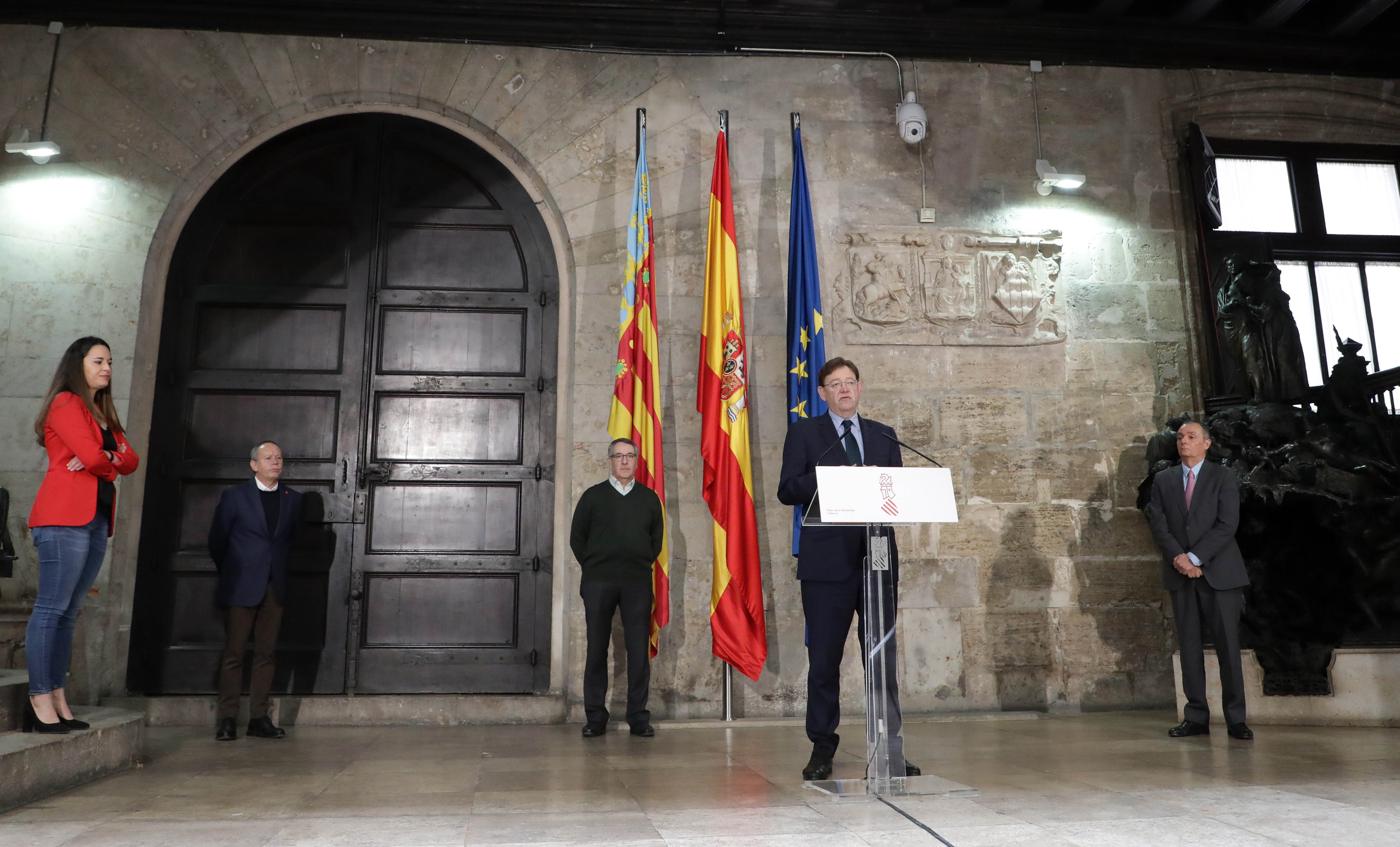 Ximo Puig firma un acuerdo con los agentes sociales que incluye una ayuda directa de 150 euros para 200.000 trabajadores y trabajadoras afectados ...