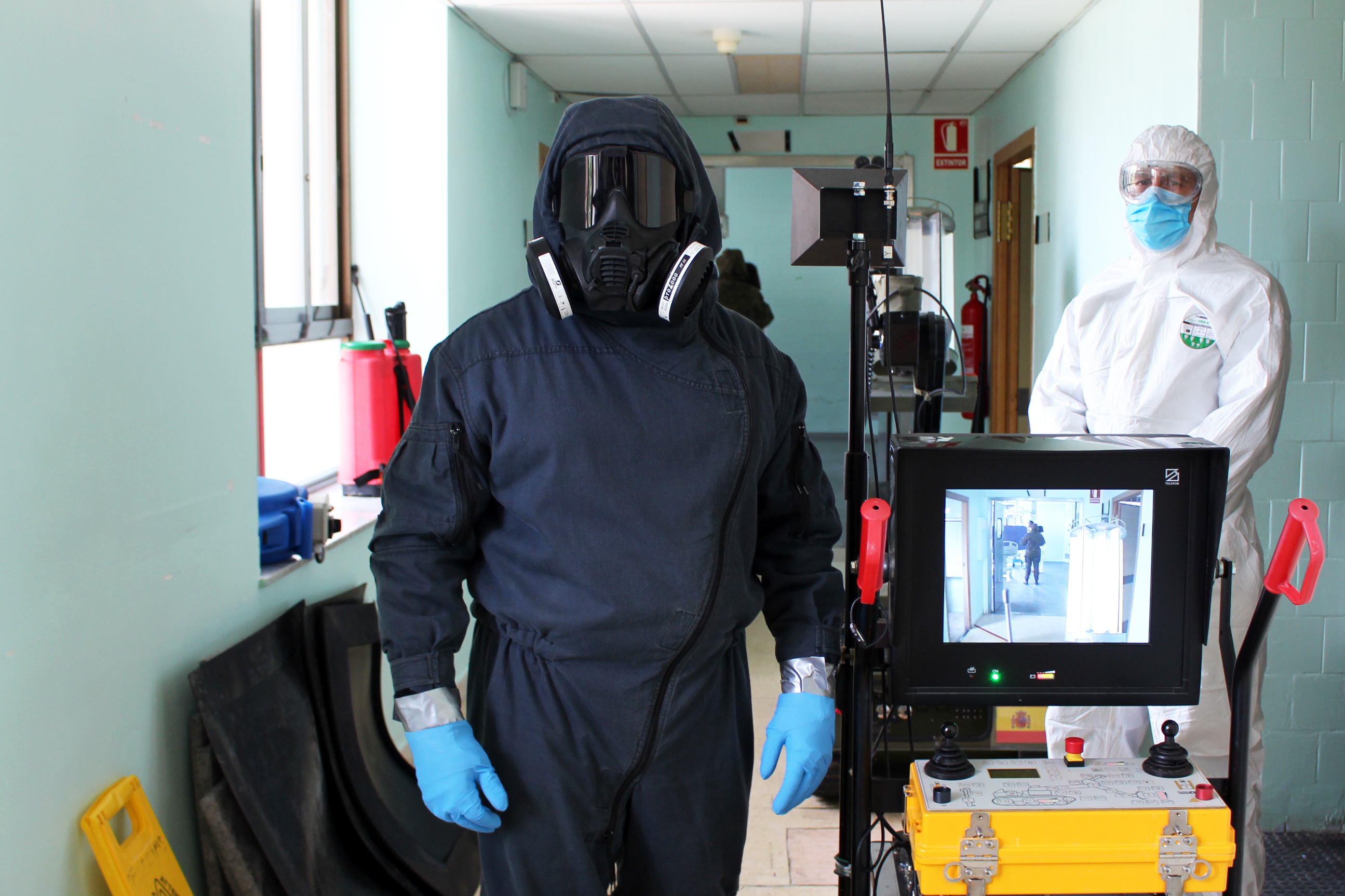 El Ejército de Tierra realiza pruebas de desinfección con el robot Atila en el Hospital General de València