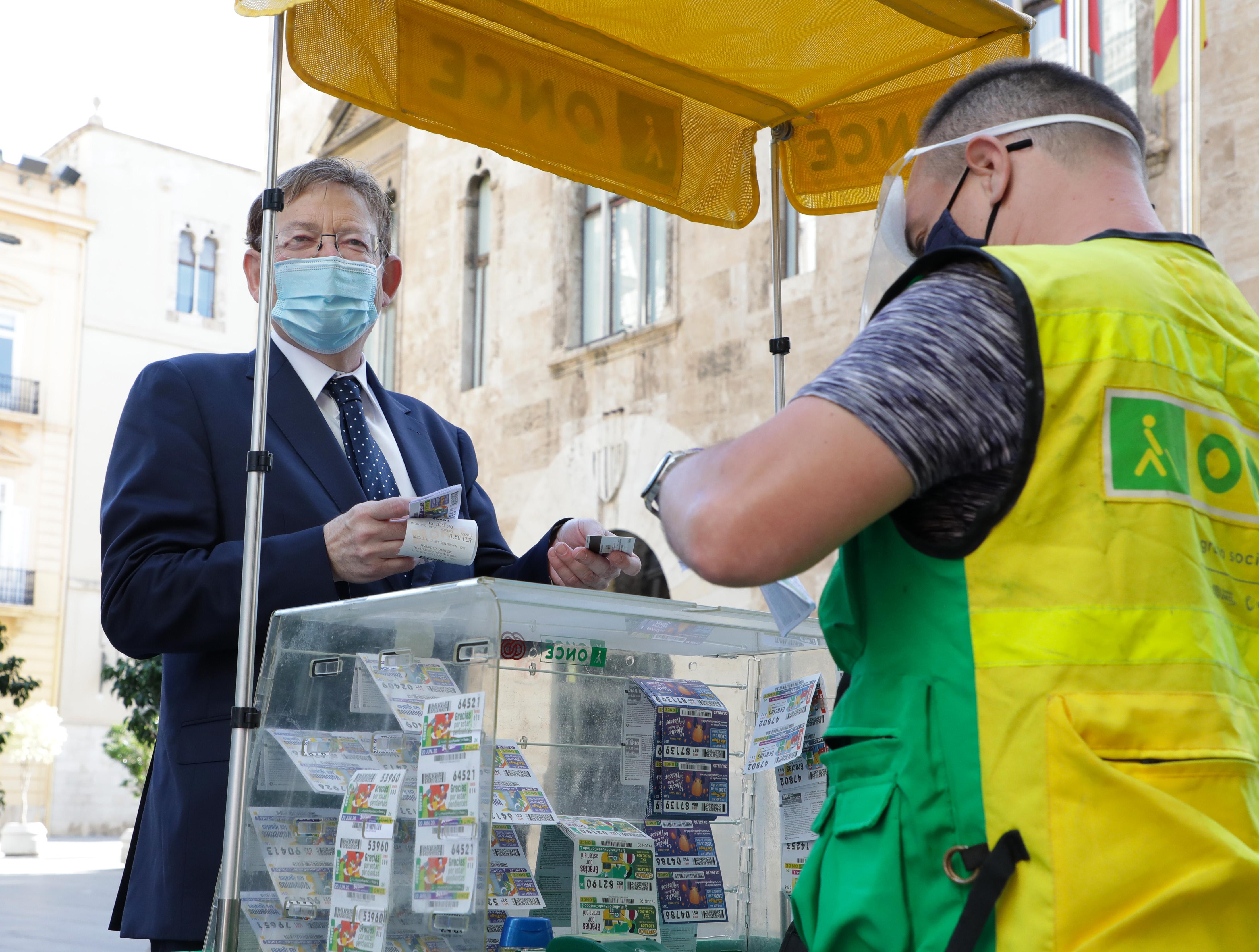 """Ximo Puig visita un lloc de venda de cupons amb motiu de la campanya """"La il·lusió pot amb tot"""""""