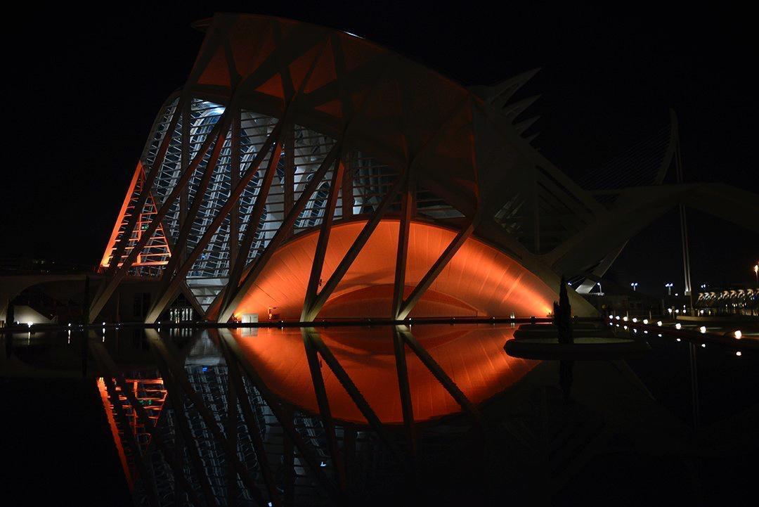 La Ciutat de les Arts i les Ciències se ilumina de naranja para apoyar al Valencia Basket
