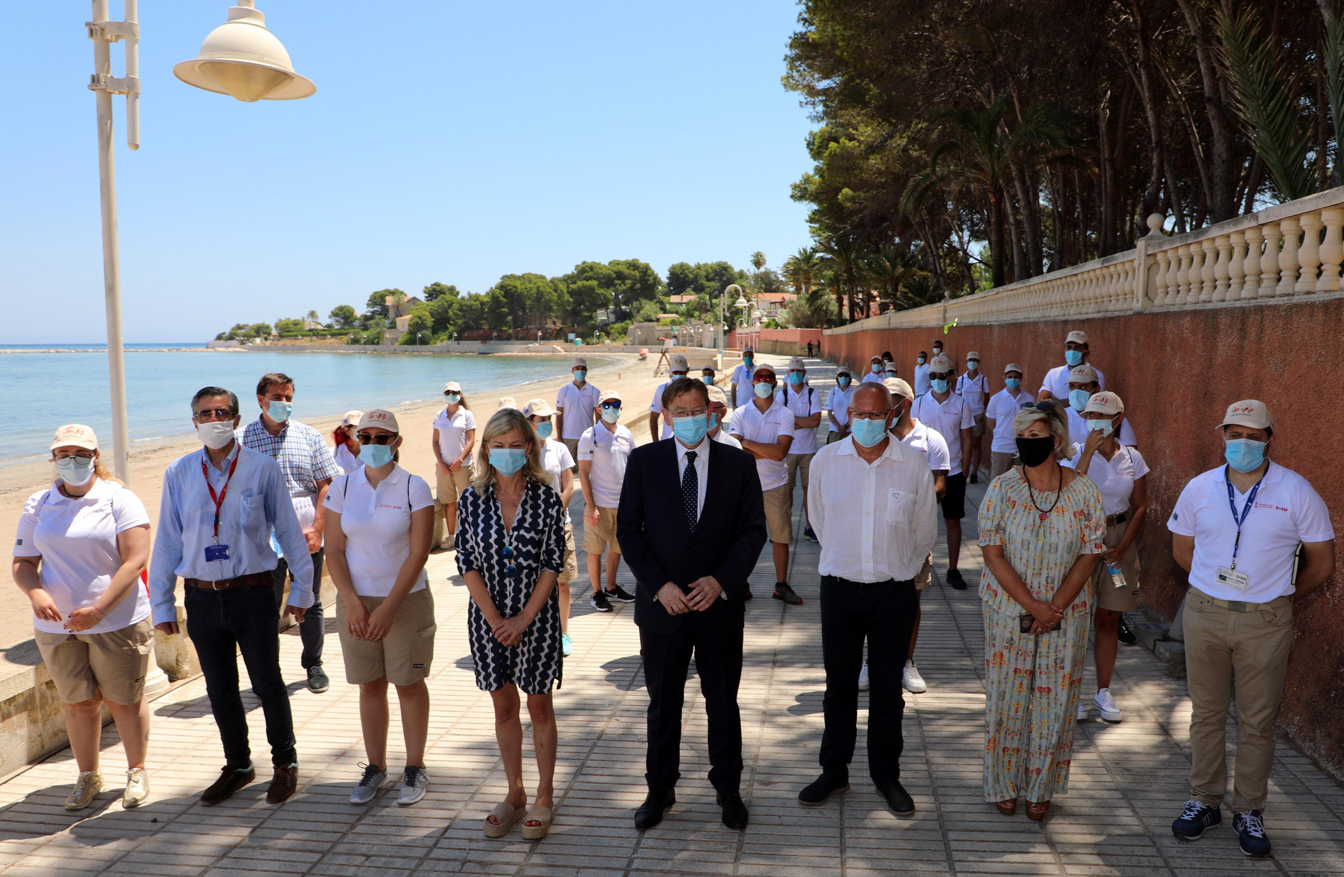 """Ximo Puig destaca que la tasca dels i les auxiliars de platja contribuirà a oferir la """"màxima seguretat"""" en el litoral de la Comunitat"""