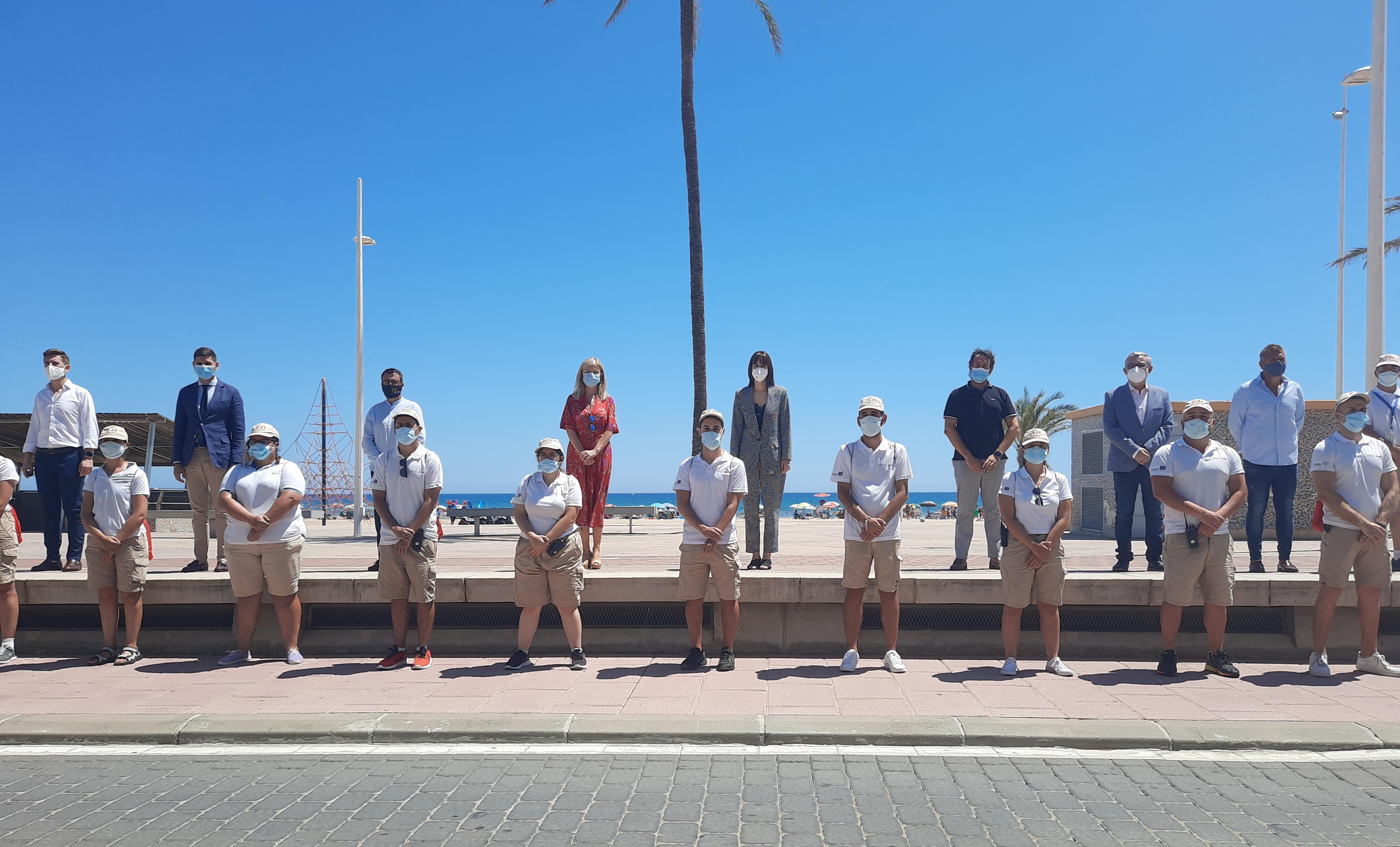 Bravo destaca que los y las 33 auxiliares de playa mantendrán Gandia como uno de les destinos vacacionales preferidos por su seguridad