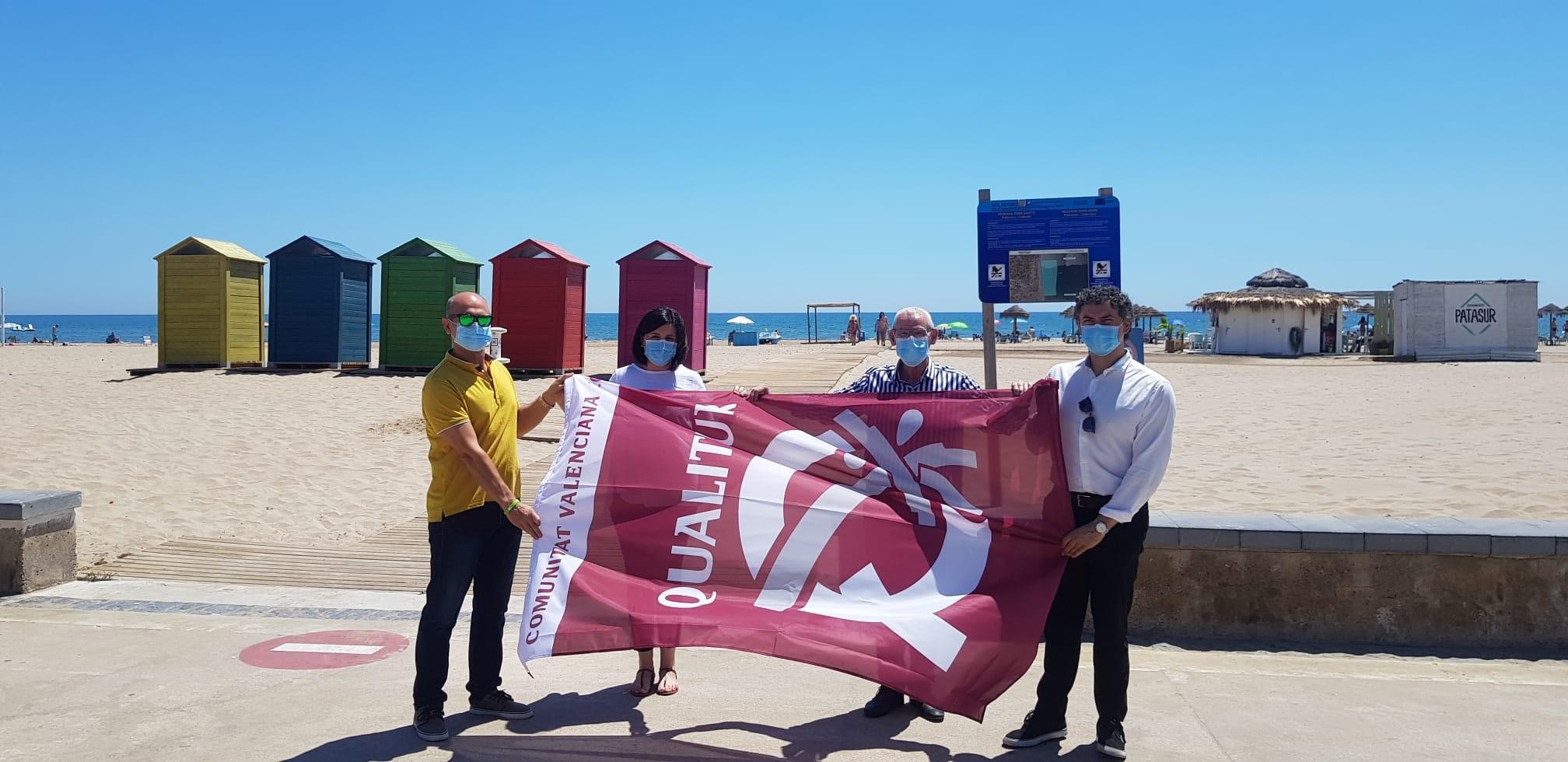 Francesc Colomer entrega las banderas Qualitur en las playas de València y Alboraya