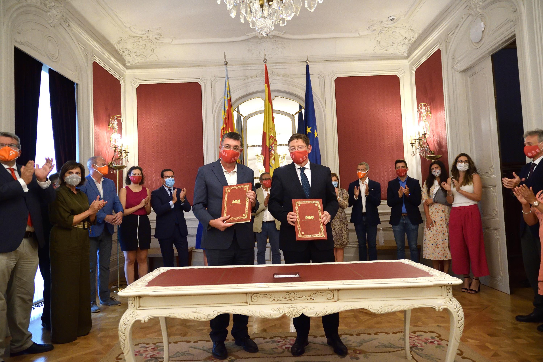 """Ximo Puig signa en les Corts el pacte polític de l""""Acord """"Alcem-nos"""" per a la recuperació de la Comunitat Valenciana"""