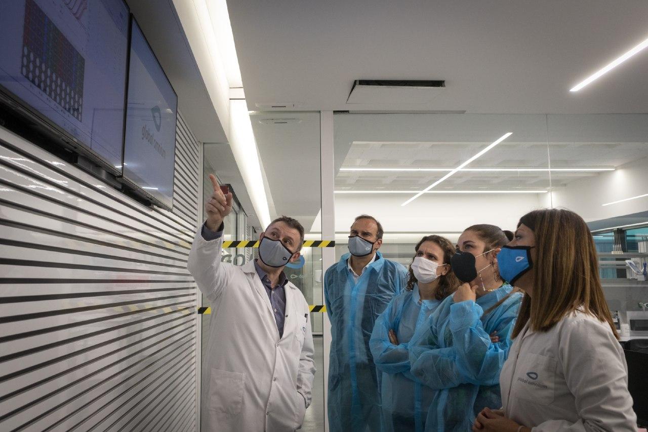 """Mireia Mollà visita el centre tecnològic de Global Omnium i destaca l""""equip humà i material dedicat a la detecció epidemiològica del coronavirus a..."""