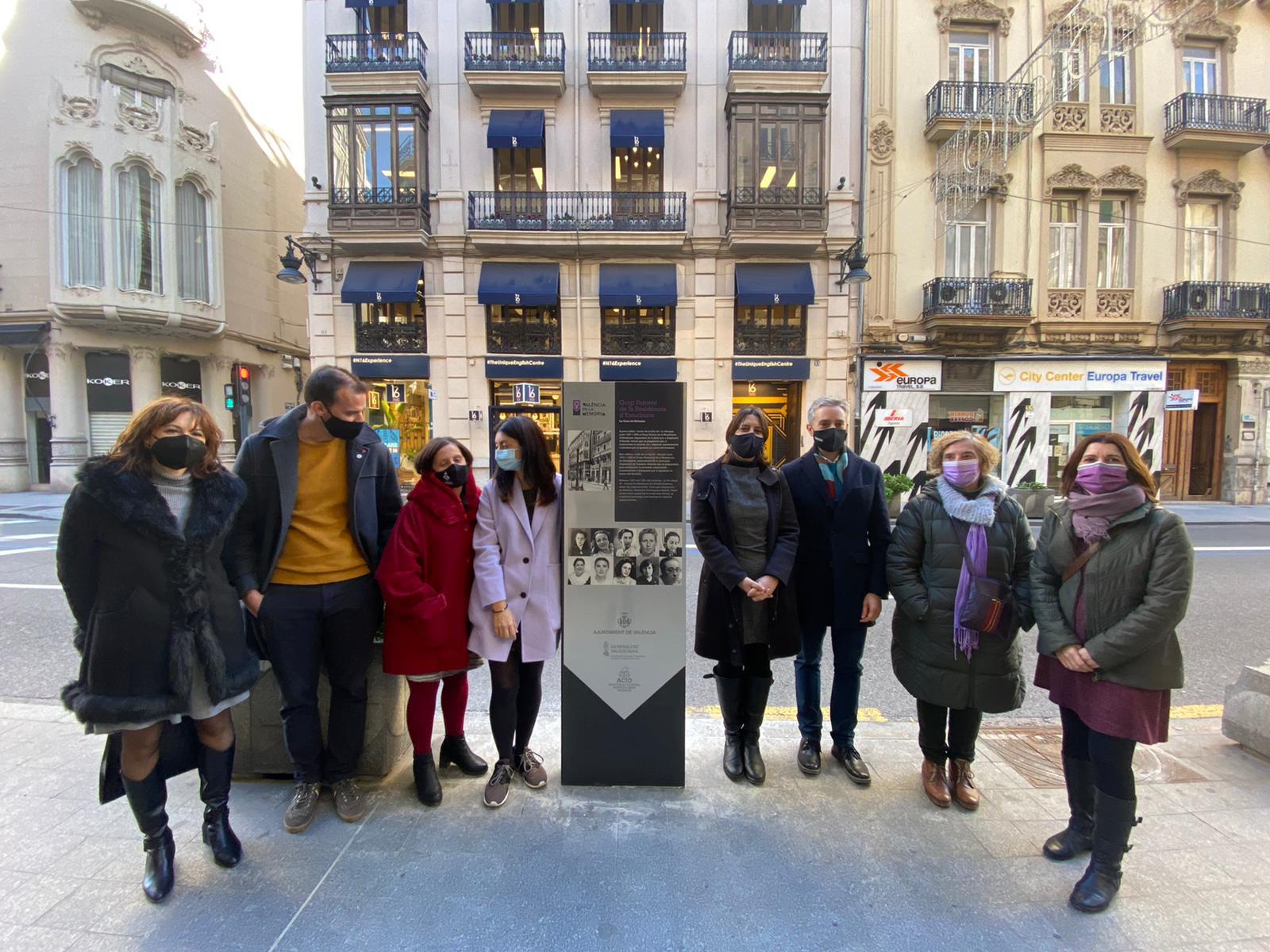 """Un monòlit i l""""exposició """"Dones de Bandera"""" recorden la presència del Grup Femení de la Residència d""""Estudiants a València"""