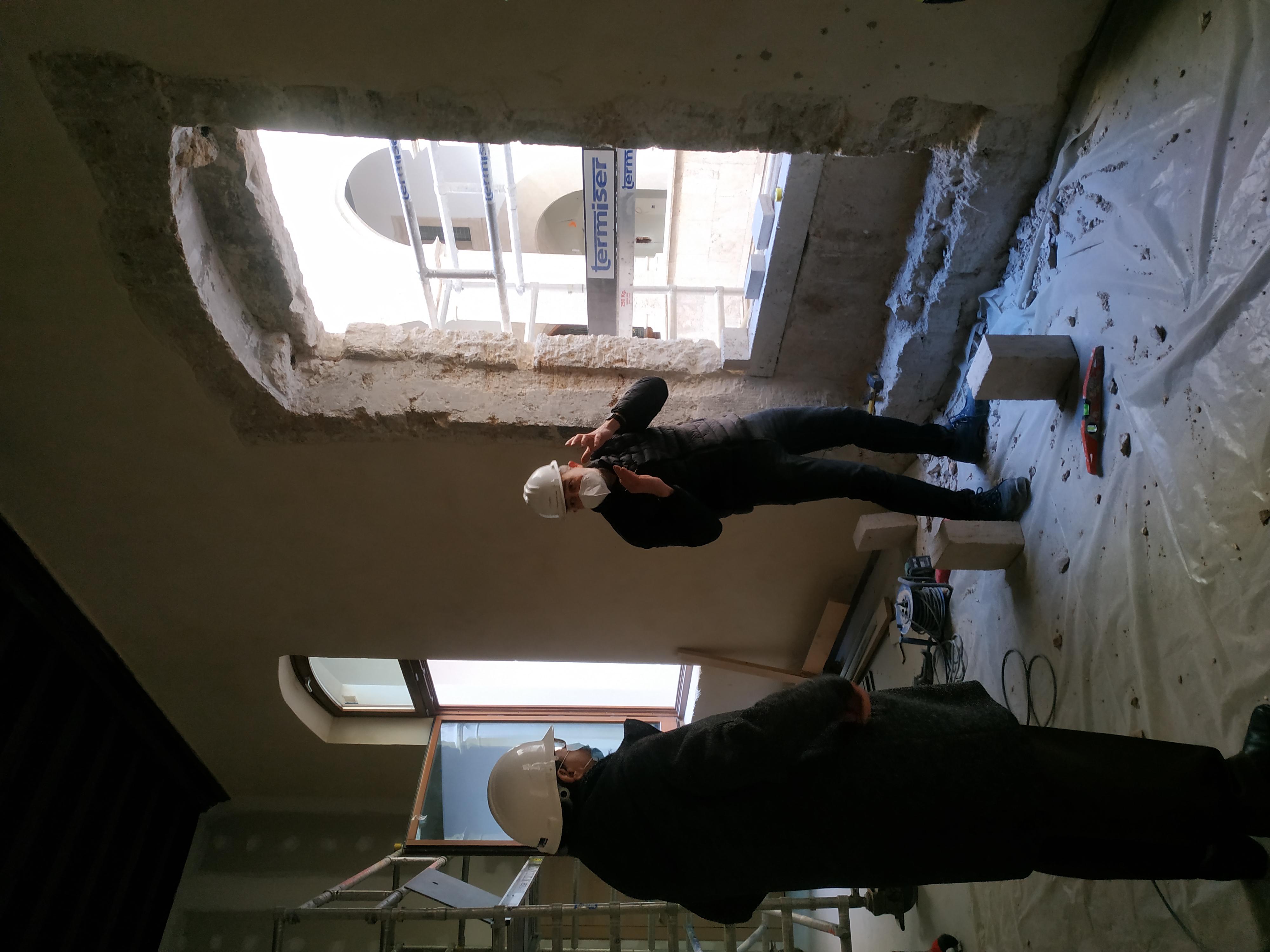 """Las obras de rehabilitación del Palau del Almirall sacan a la luz dos ventanas góticas, una de ellas una """"coronella"""" del siglo XIV"""