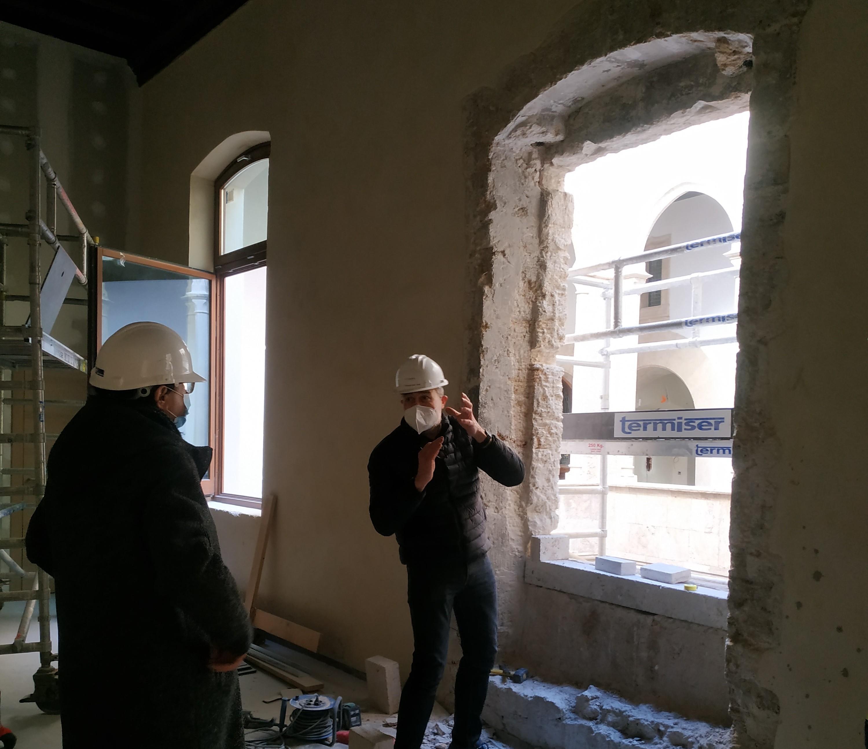"""Les obres de rehabilitació del Palau de l""""Almirall trauen a la llum dues finestres gòtiques, una d""""elles una coronella del segle XIV"""