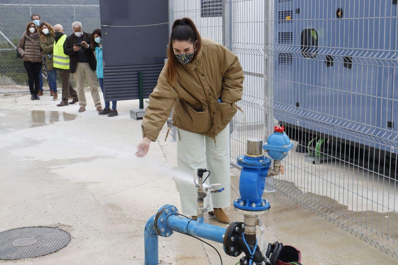 Mireia Mollà visita en Tàrbena la primera obra que usa energía fotovoltaica para el abastecimiento de agua potable