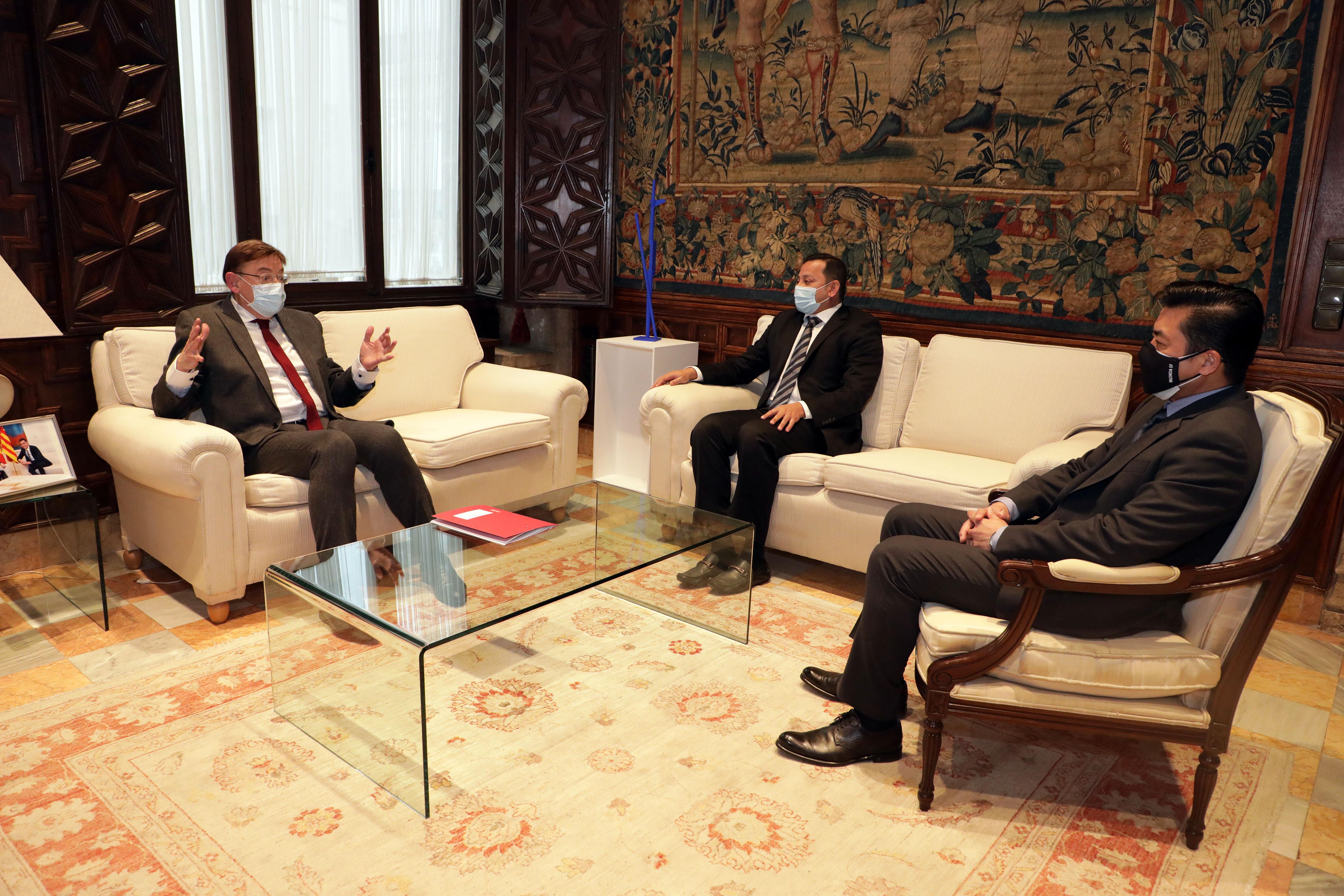 Ximo Puig es reuneix amb el president del València CF, Anil Murthy