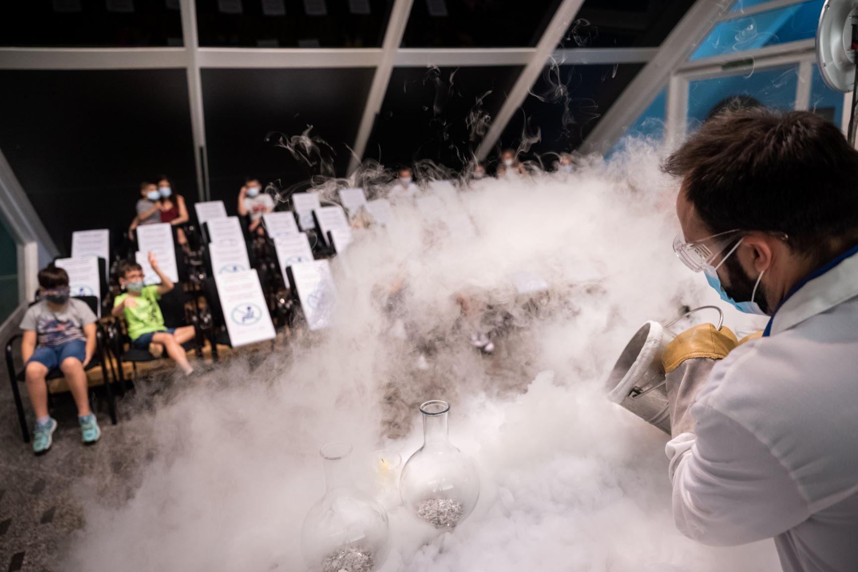 """El Museu de les Ciències celebra les sessions especials """"Química en acció"""" i """"La ciència invisible"""""""