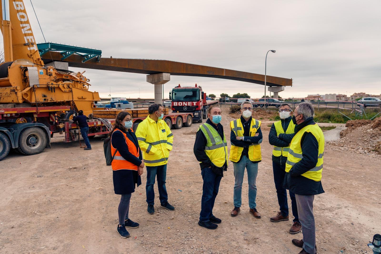 """Obres Públiques avança en la construcció de la passarel·la de ciclovianants sobre la V-30 que unirà València amb l""""Horta Sud"""