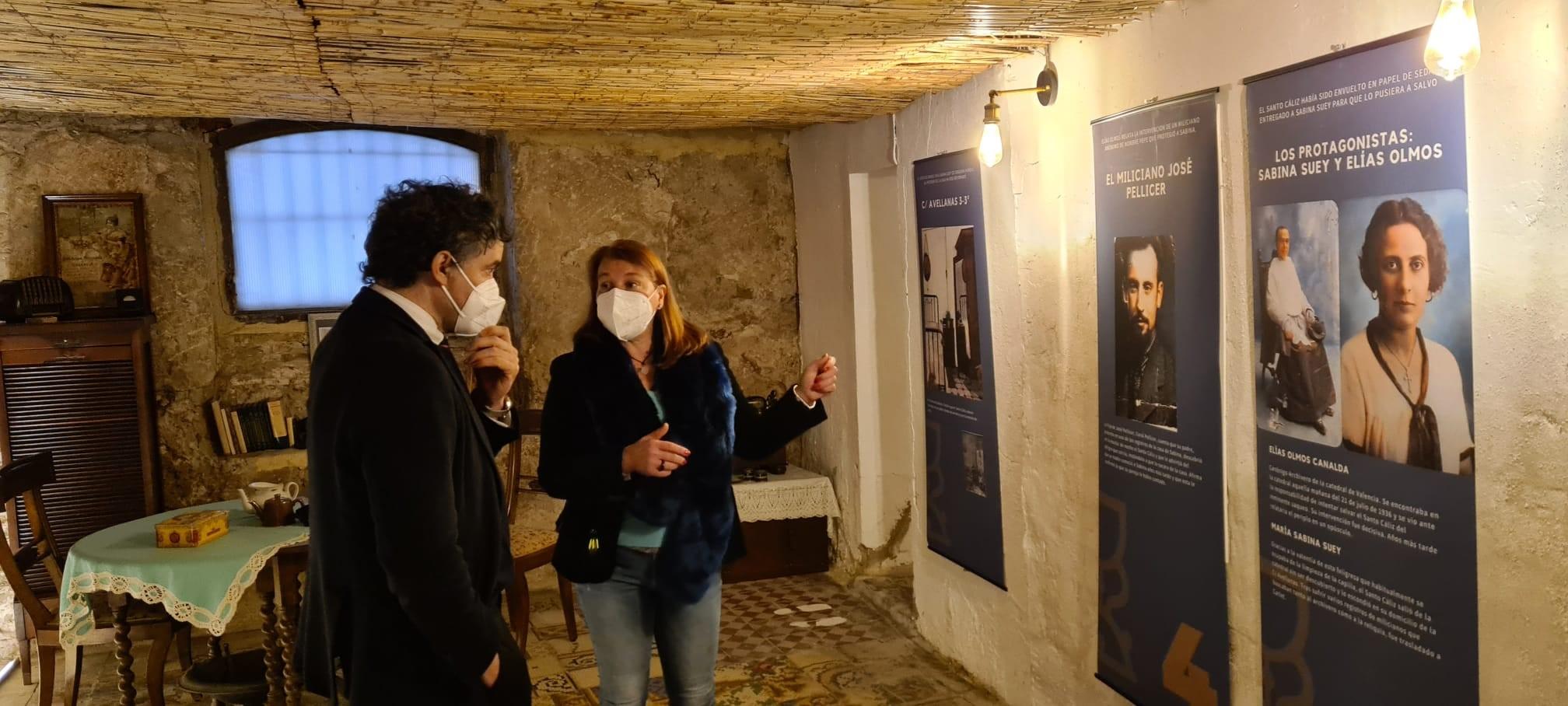 """El secretario autonómico de Turisme visita la exposición de Aula Grial """"El Santo Grial en la Guerra Civil"""""""