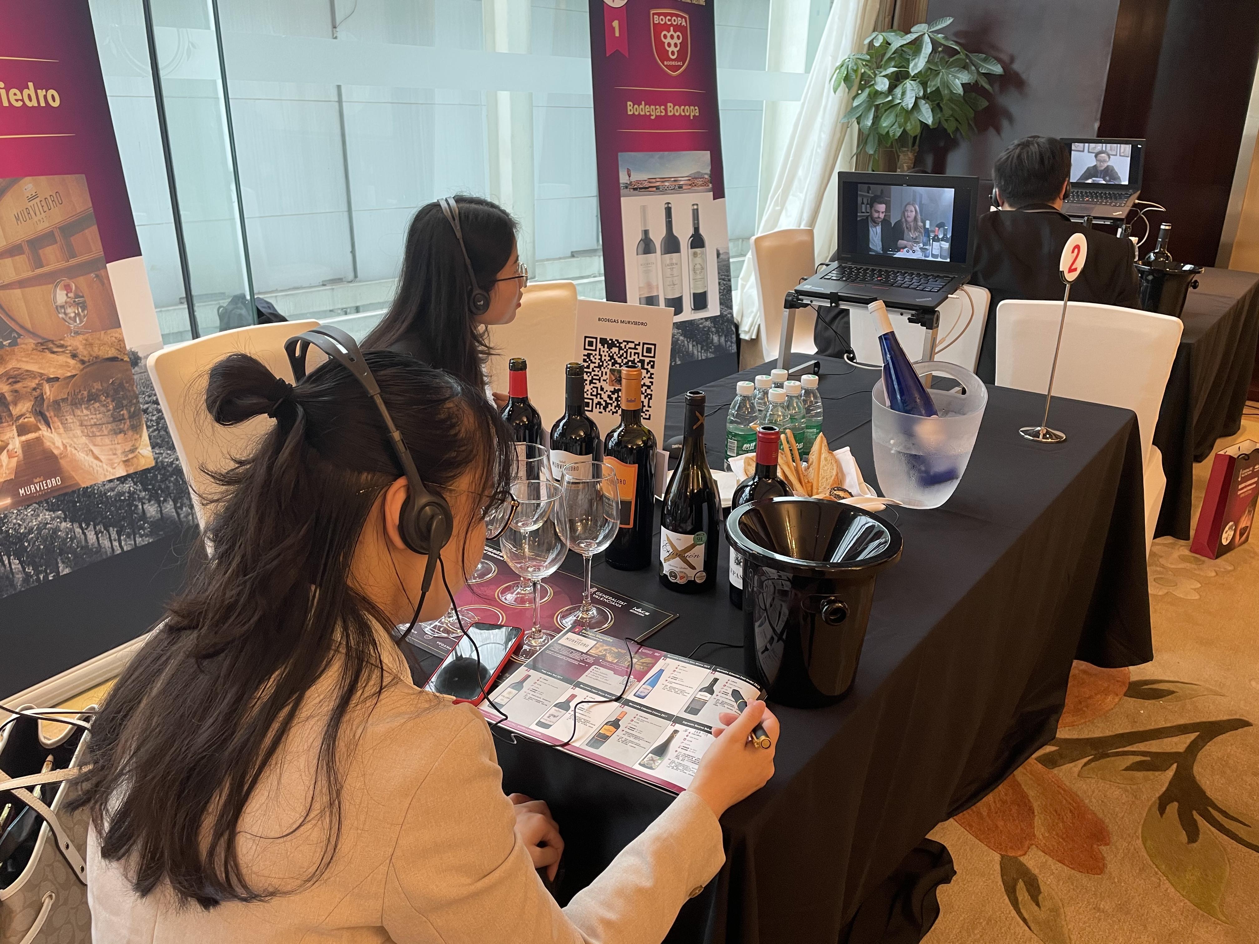 """Deu cellers de la Comunitat Valenciana promocionen els seus vins a la Xina a través de l""""Ivace"""