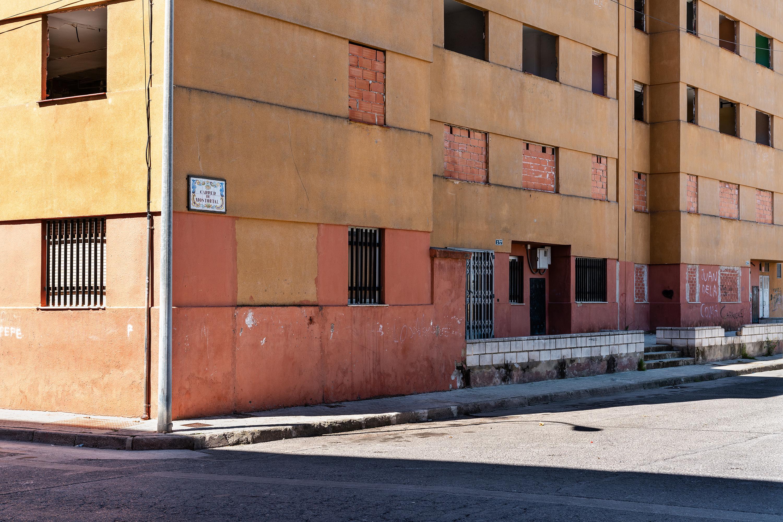 Martínez Dalmau firma la orden de demolición del antiguo grupo de viviendas de El Raval de Algemesí