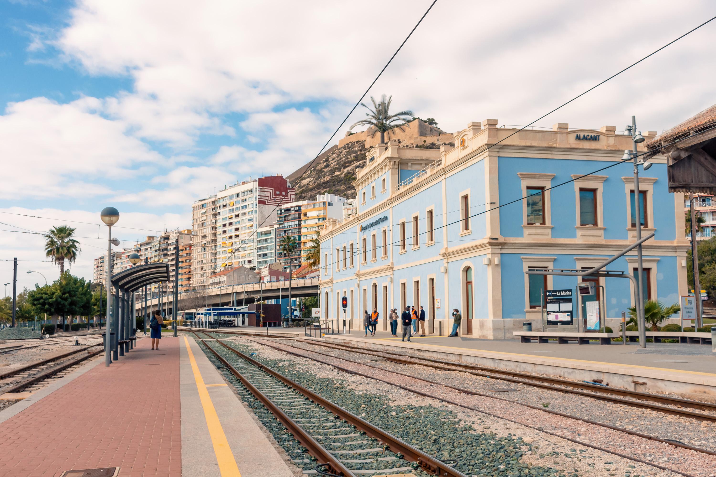 """Ferrocarrils de la Generalitat adjudica els treballs d""""inspecció tècnica i la redacció dels projectes de rehabilitació d""""edificis i estacions"""