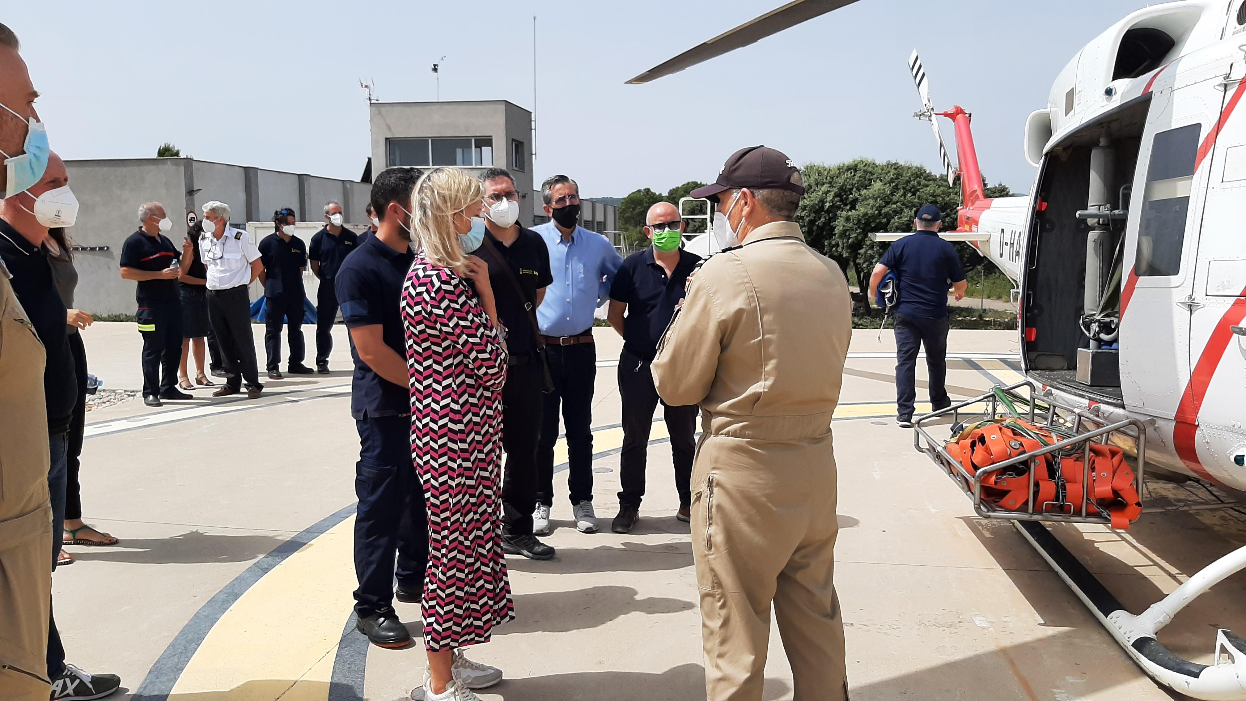 Bravo visita la unidad de bomberos forestales helitransportados en la base de emergencias de Tírig