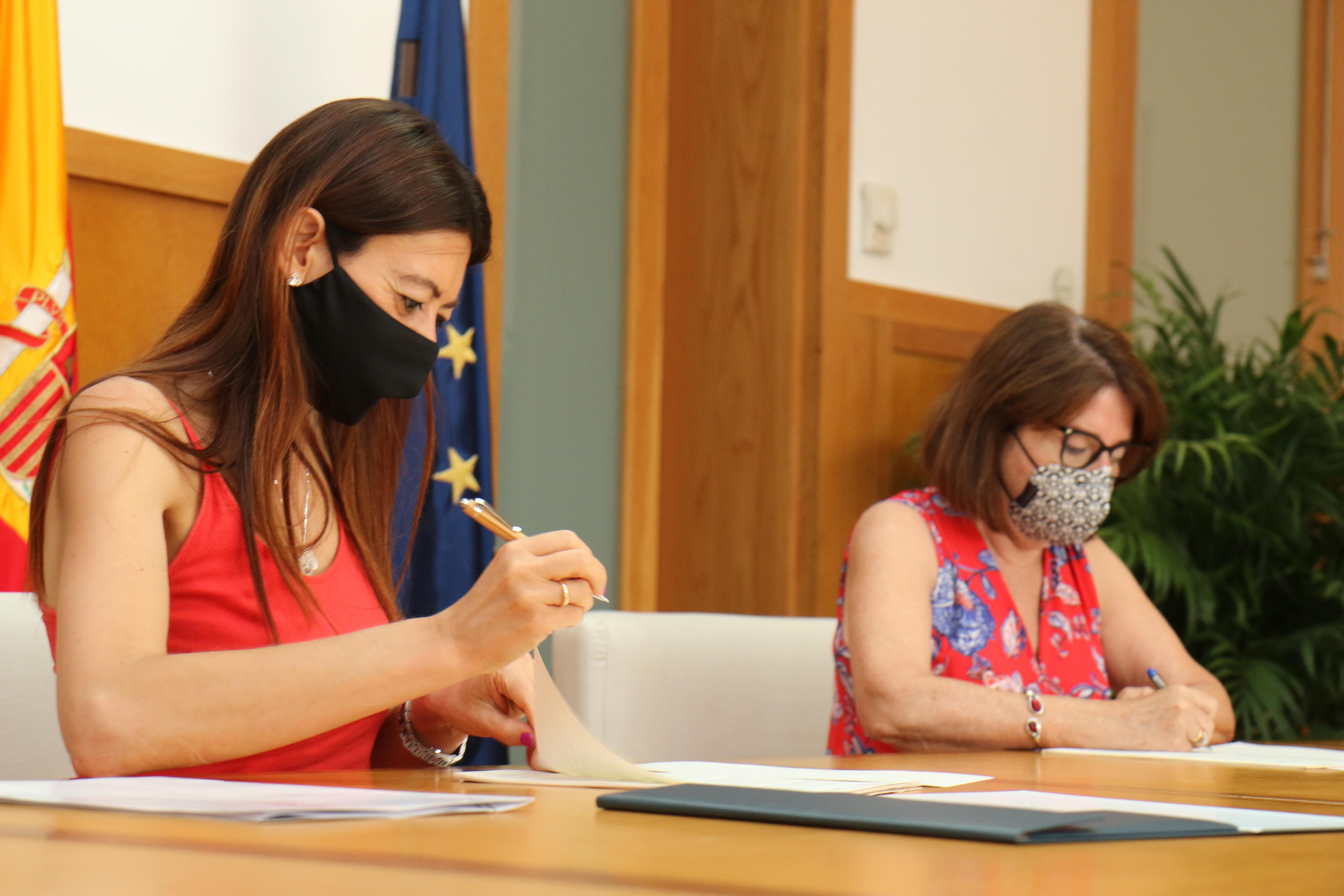 Innovación renueva el convenio con la Universidad de Alicante para continuar la lucha contra la brecha digital generacional
