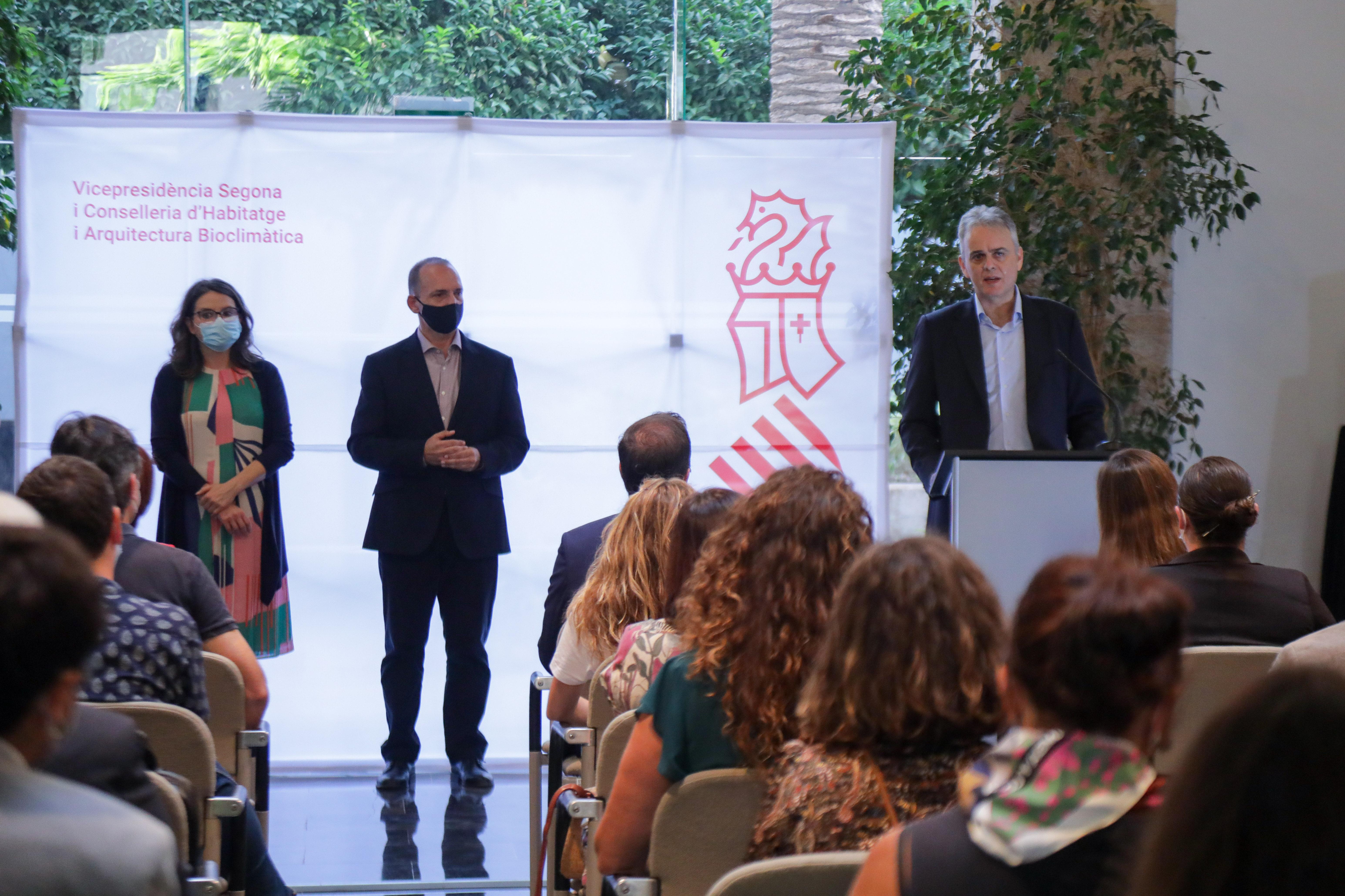 El vicepresidente segundo y conseller de Vivienda y Arquitectura Bioclimática, Héctor Illueca, defiende el derecho universal a la vivienda y apues...