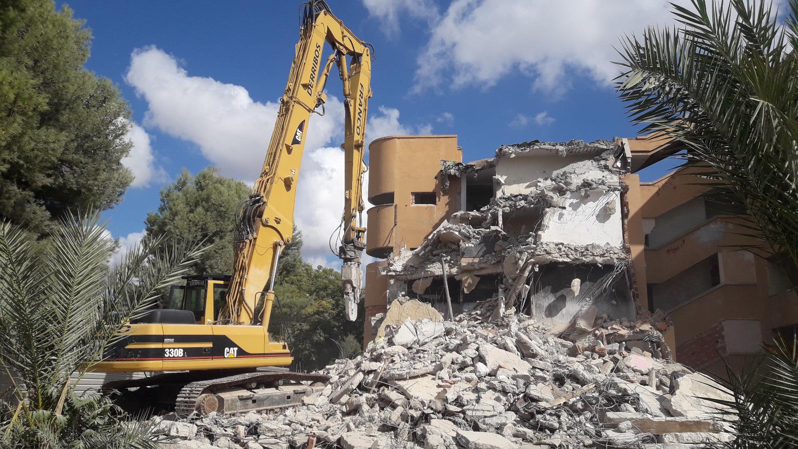 La Conselleria de Vivienda inicia los trabajos de demolición de los edificios de Llimoner 21 y 23 en Los Palmerales de Elche