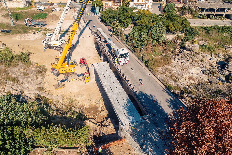 """Obres Públiques ultima el muntatge de l""""estructura dels taulers de la passarel·la de ciclovianants de San Rafael del Río"""